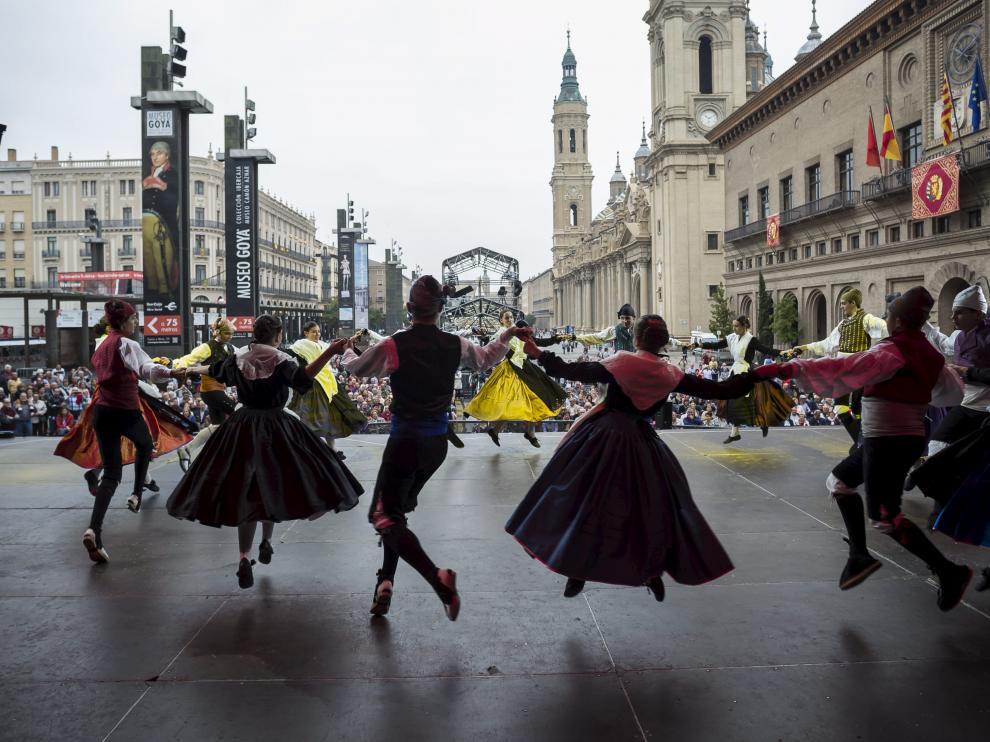 Actuación de jota en las fiestas del Pilar