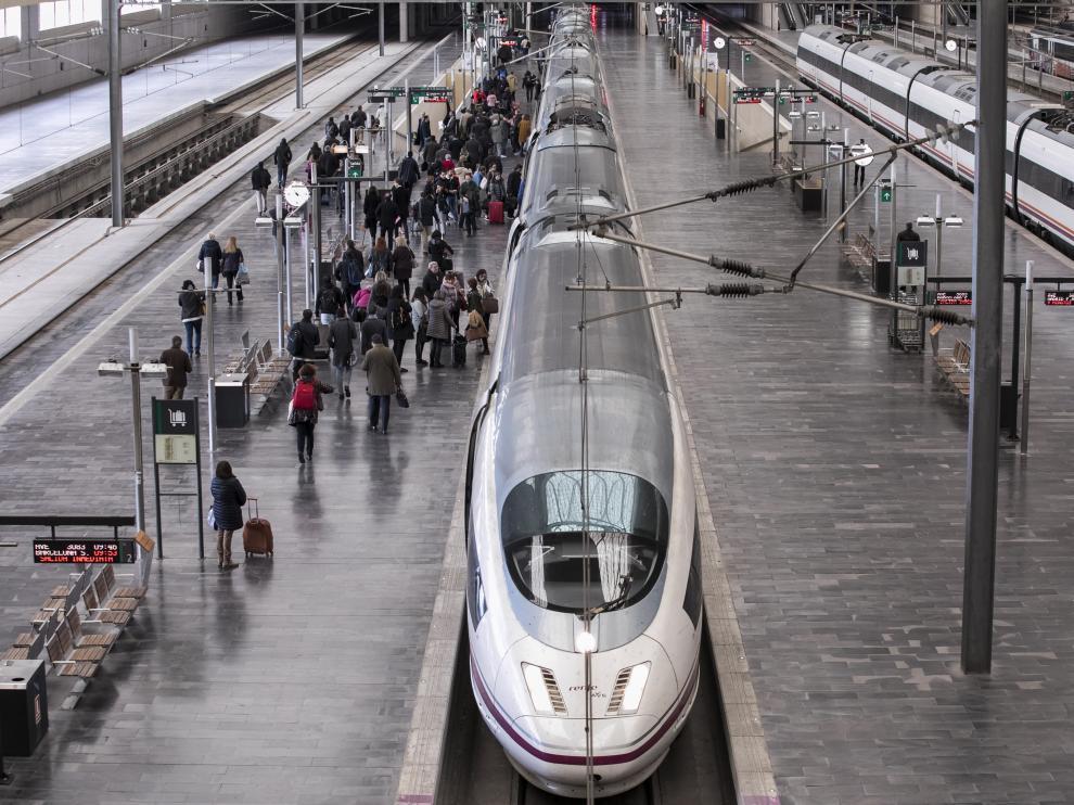 Un tren de alta velocidad Madrid-Barcelona, en la estación de Delicias.