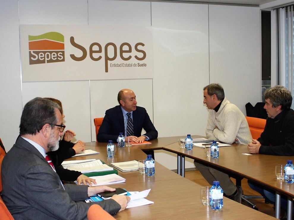 Representantes y técnicos del Ayuntamiento de Binéfar durante la reunión en Madrid con el director general del Sepes.