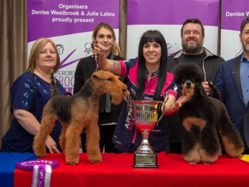 Luengo, con su copa y dos de sus perros en competición.