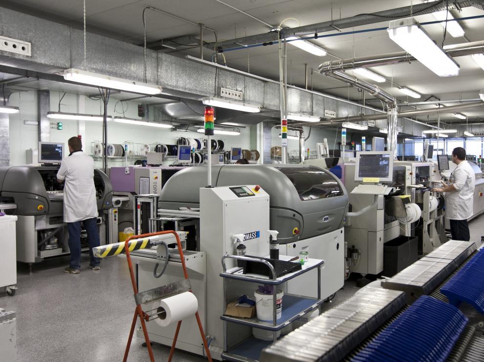 Empleados de Teltronic trabajando en las instalaciones de la planta en Malpica