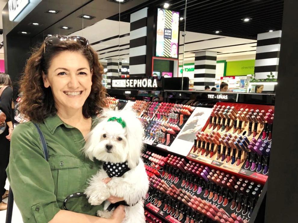 Silvia Porras, impulsora del proyecto 'Tu perro es bienvenido', en la tienda Sephora.
