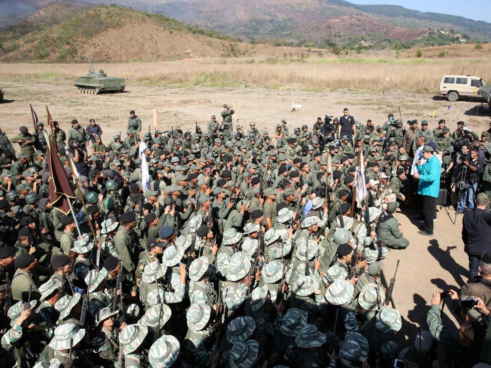 Maduro hablando para un grupo de soldados este domingo.
