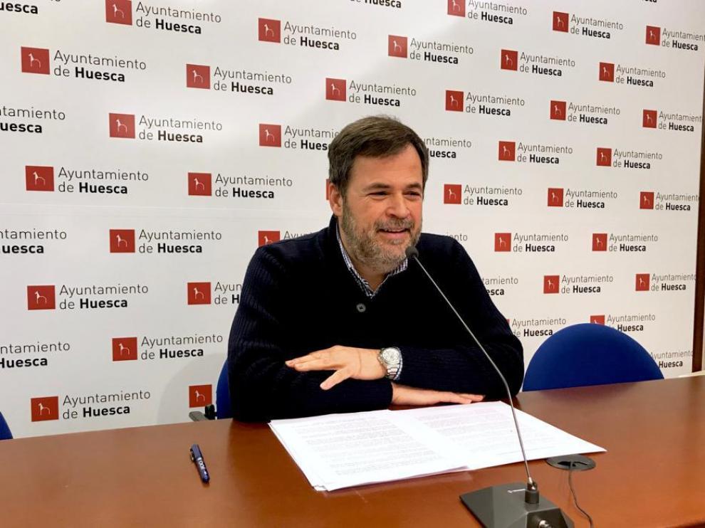 El portavoz de Ciudadanos en el Ayuntamiento de Huesca, José Luis Cadena, explica la moción del plan de retorno.