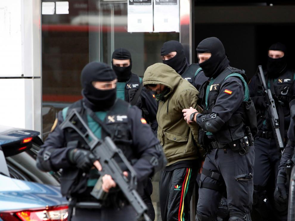 Imagen del arresto de Maroiane B., este martes en un piso de la avenida de Madrid.