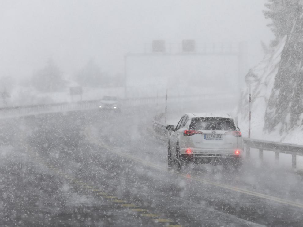 En caso de tener que viajar por obligación, Tráfico aconseja consultar el pronóstico meteorológico y el estado de la circulación de las carreteras.