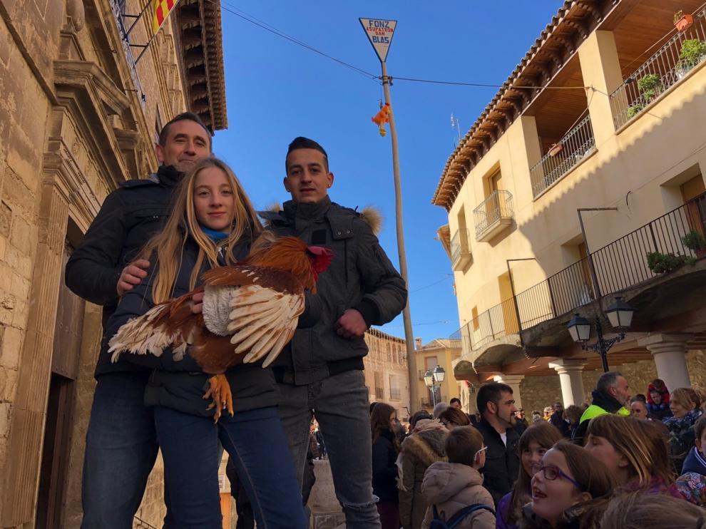 El alcalde de Fonz, José Ferrer, con los ganadores del gallo del año pasado.