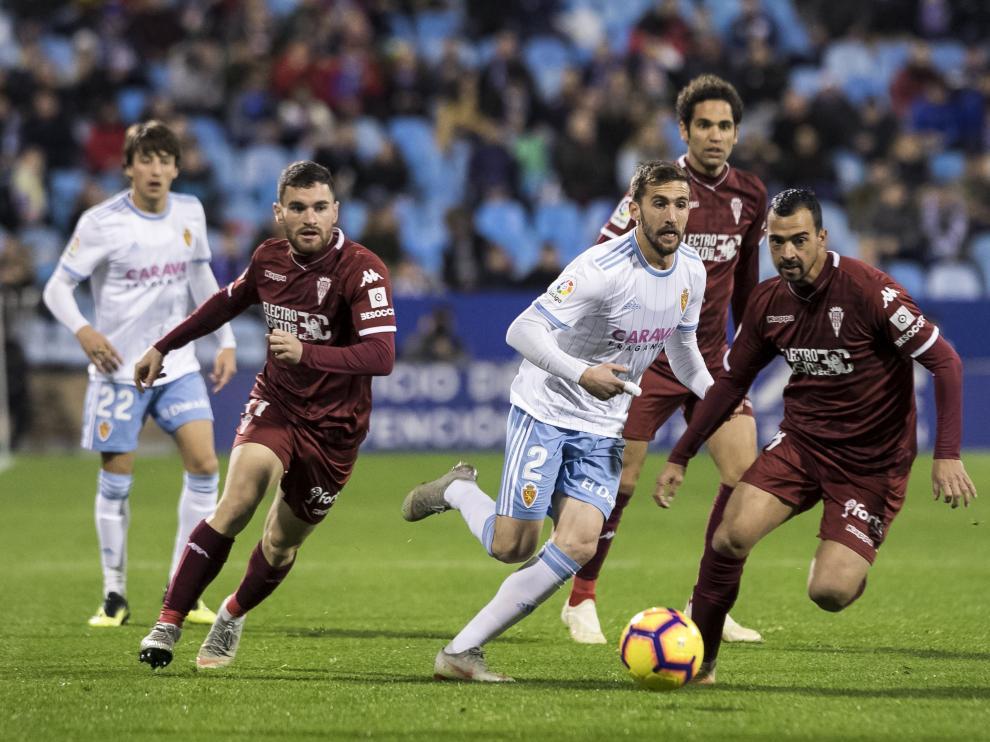 Galán, a la izquierda, durante la última visita del Córdoba al Real Zaragoza.