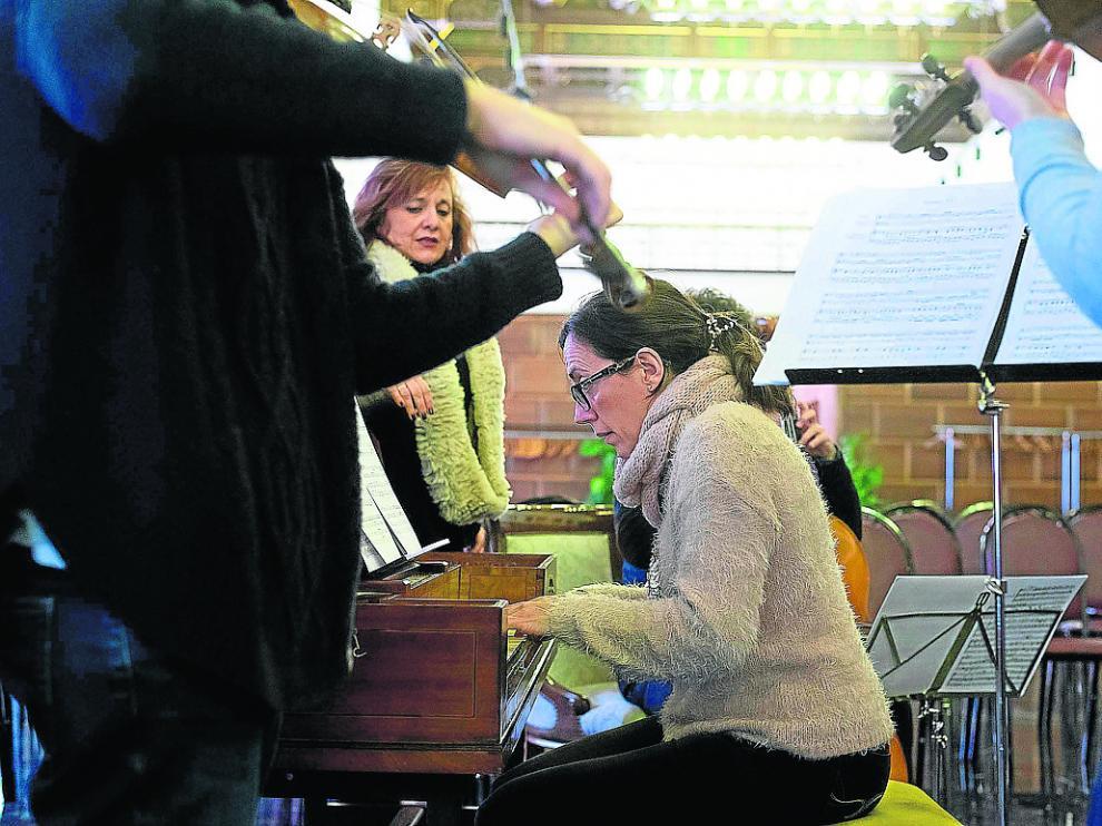 Esther Ciudad, al teclado, y Beatriz Gimeno, en segundo plano, durante el ensayo del lunes.