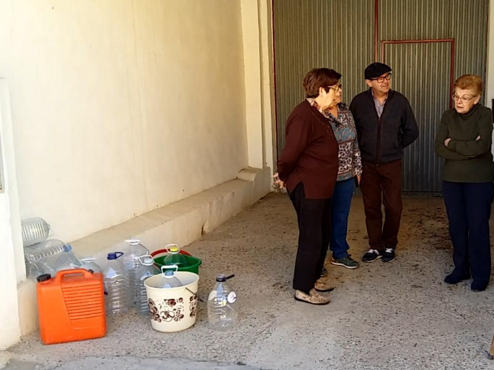 Vecinos del Cazuelo, con garrafas para coger agua.