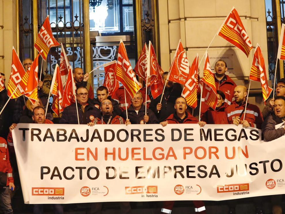 Protesta de los trabajadores en enero del año pasado ante las puertas de la Diputación Provincial de Zaragoza