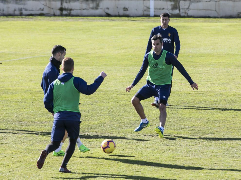 Linares, que golpea el balón, y Dorado, que defiende, entrenando juntos ayer en la Ciudad Deportiva.