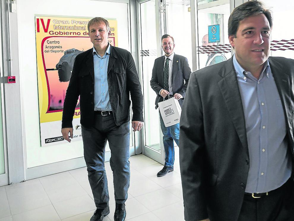 Reynaldo Benito, presidente del Tencyconta, seguido por el gerente del club, Predrag Savovic