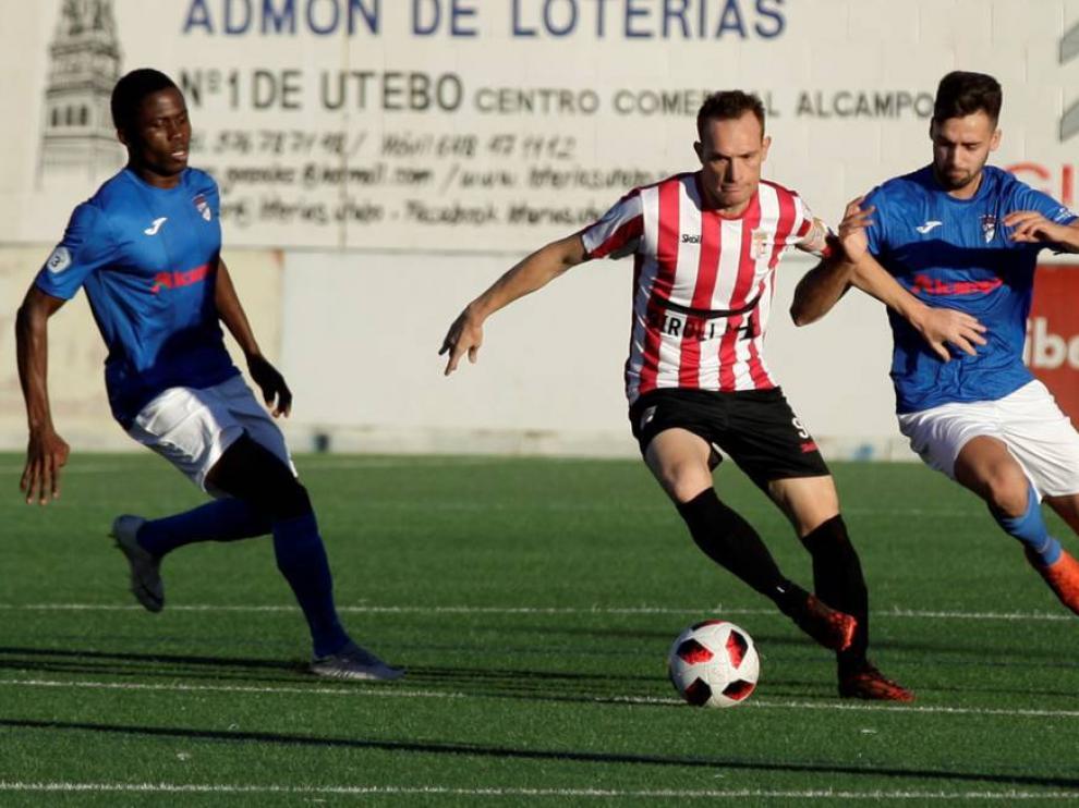Alberto Morales, del Illueca, tratando de eludir la presión de dos jugadores del Utebo.