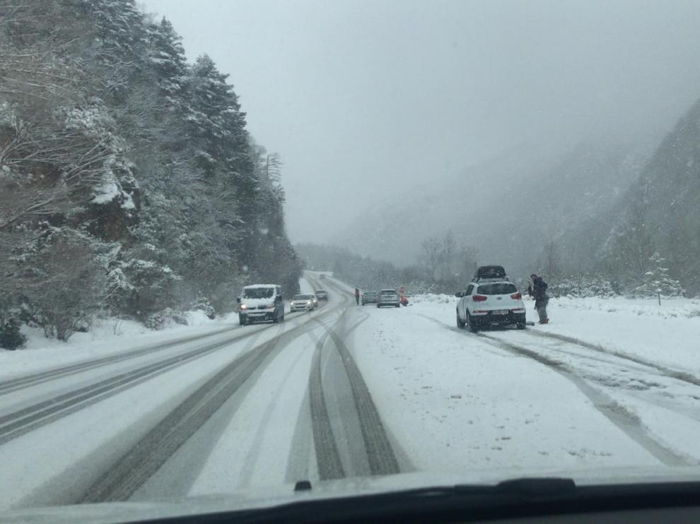 Imagen que presentaba este miércoles la carretera A-136 entre Biescas y Portalet