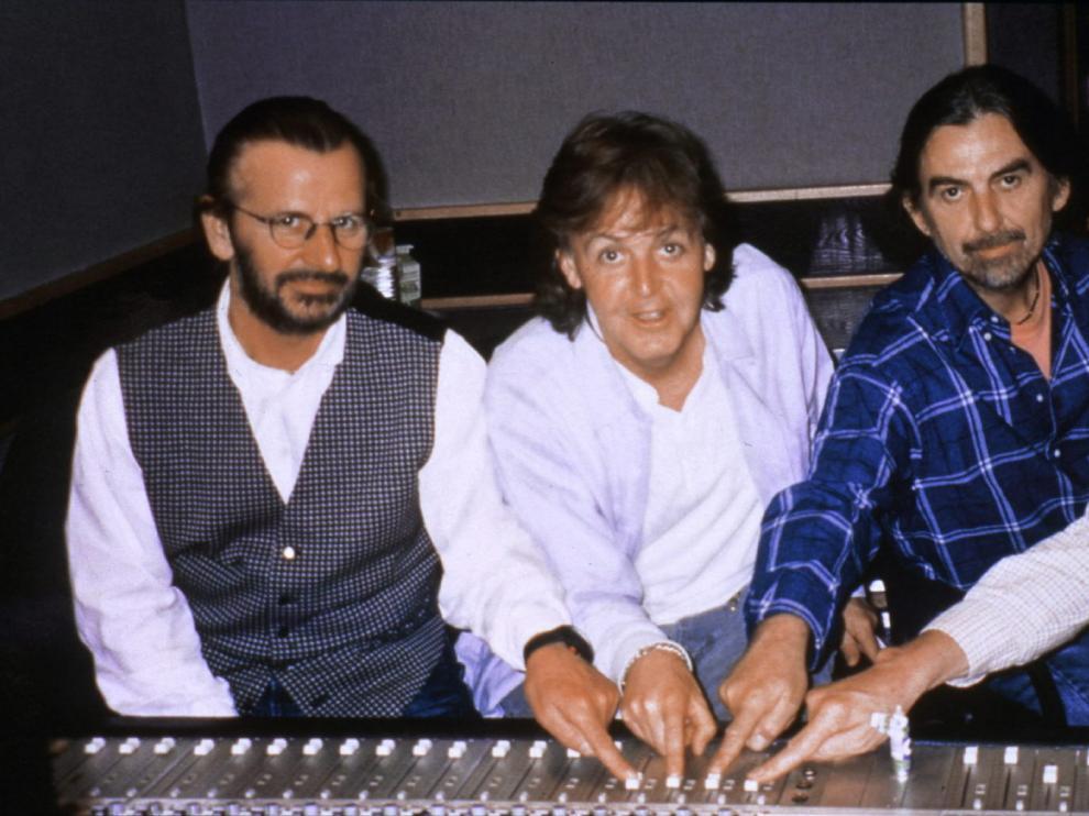 The Beatles y el productor George Martín en los estudios, en una imagen de archivo.