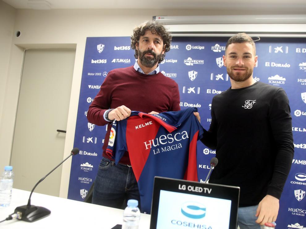 Vega, con Javi Galán durante la presentación este miércoles del jugador extremeño.