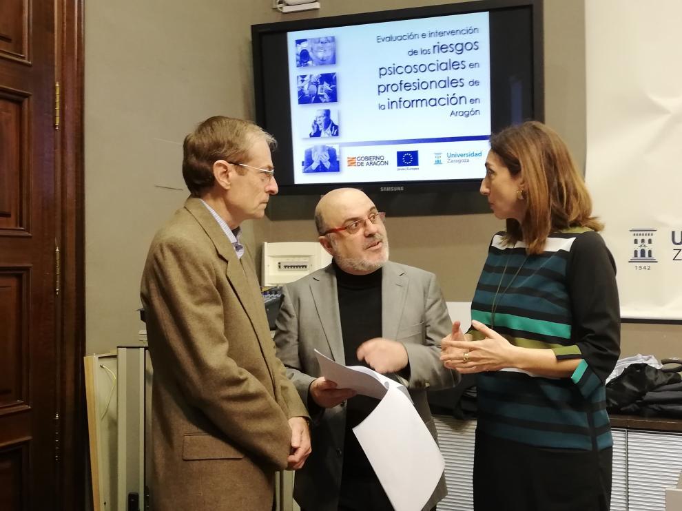 El experto Santiago Gascón con la directora general de Trabajo del Gobierno aragonés, Soledad de la Puente, y José Muñoz, director del área de Vicerrectorado de Política Científica de la Universidad de Zaragoza