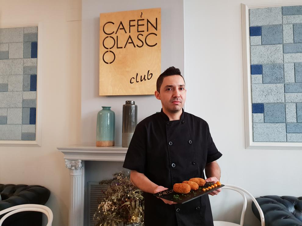 Ricardo Campos, jefe de cocina del Café Nolasco, elabora una de las mejores croquetas de jamón del mundo.