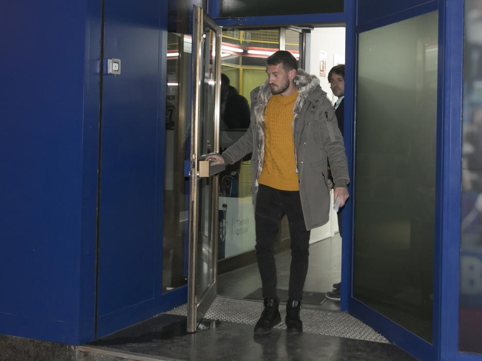 Brezancic abandona las oficinas de la SD Huesca tras desvincularse de la SD Huesca.