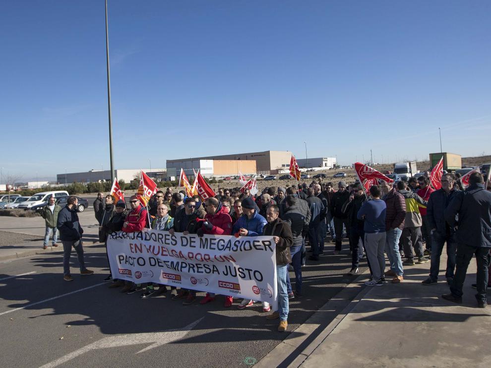 Los trabajadores de Megasider, justo hace un año, cuando empezaron con los paros y protestas a las puertas del centro de trabajo.