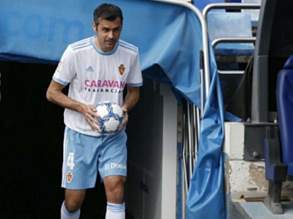 Dorado, a la salida al estadio de La Romareda en la tarde de este jueves, en su presentación conjunta con Linares.