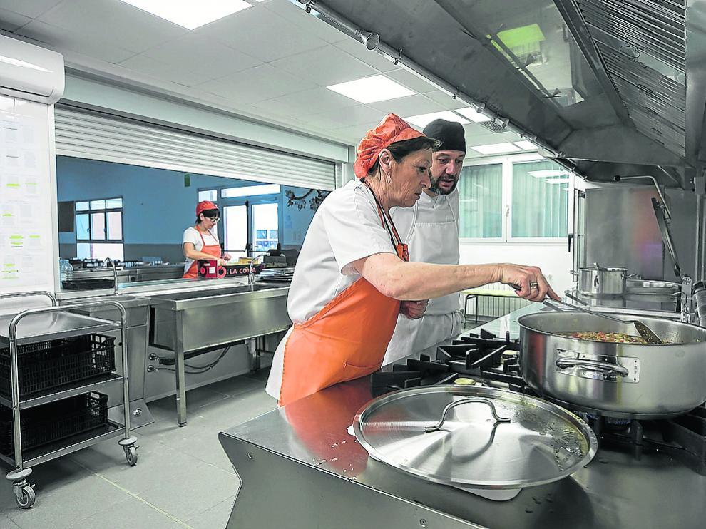 Cocineras del Zaragoza Sur y el cocinero de la empresa Combi, el jueves de la semana pasada en la nuevas instalaciones del centro.