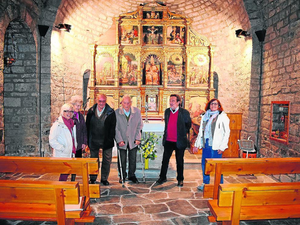 Grupo de vecinos en la iglesia de San Pedro