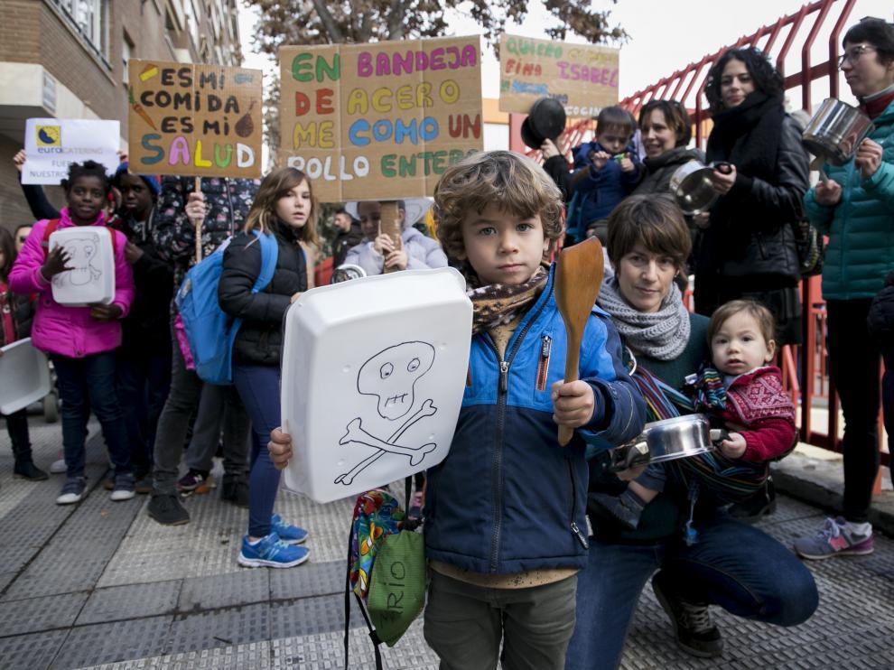 Niños y padres se concentraron contra el uso de bandejas de plástico en las líneas frías de los comedores