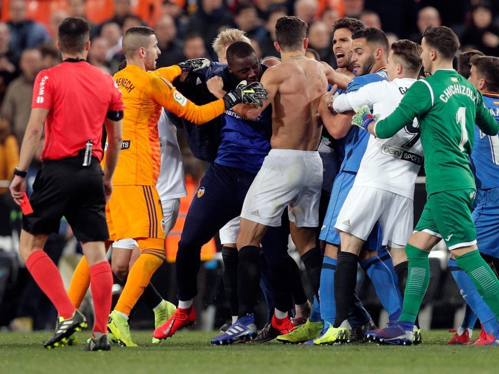 Trifulca entre jugadores y cuerpos técnicos del Valencia-Getafe en Mestalla.