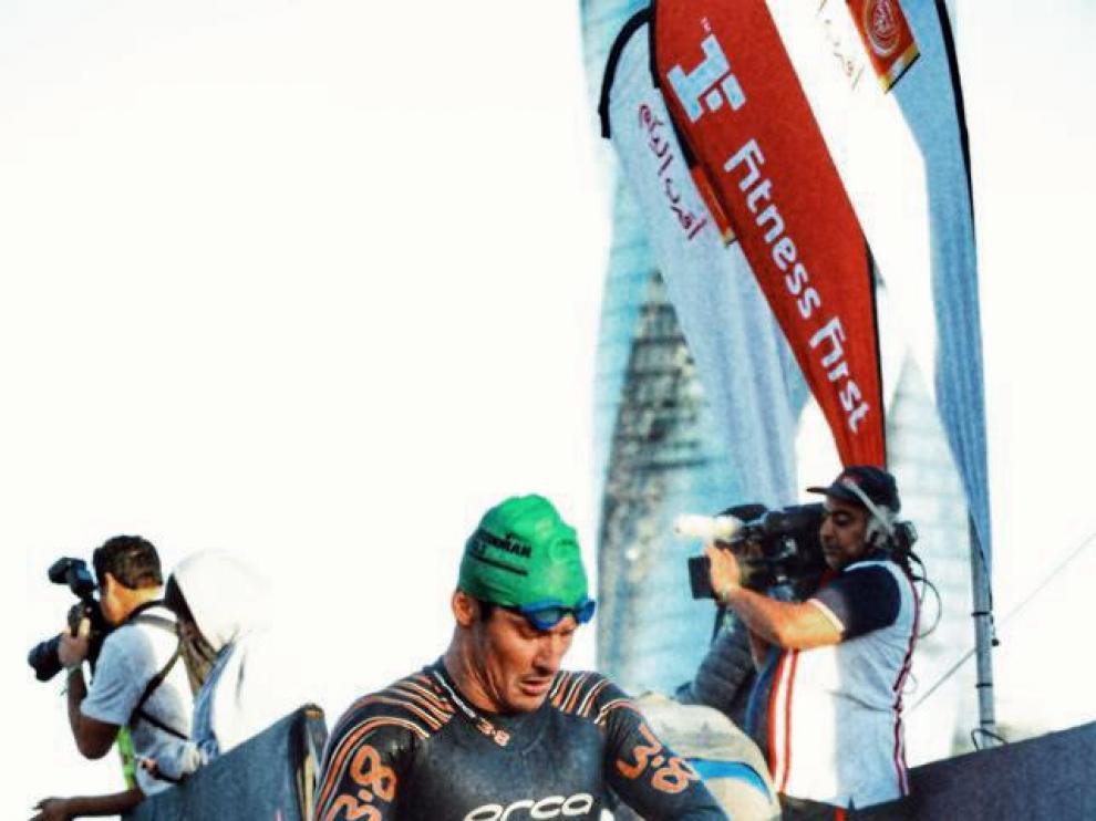 Mario Bartolomé se mira el cronómetros tras completar el sector natación de una prueba.