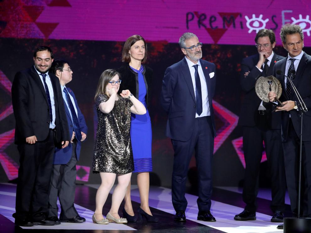 Javier Fesser junto a algunos actores tras ser galardonado en los Premios Forqué.