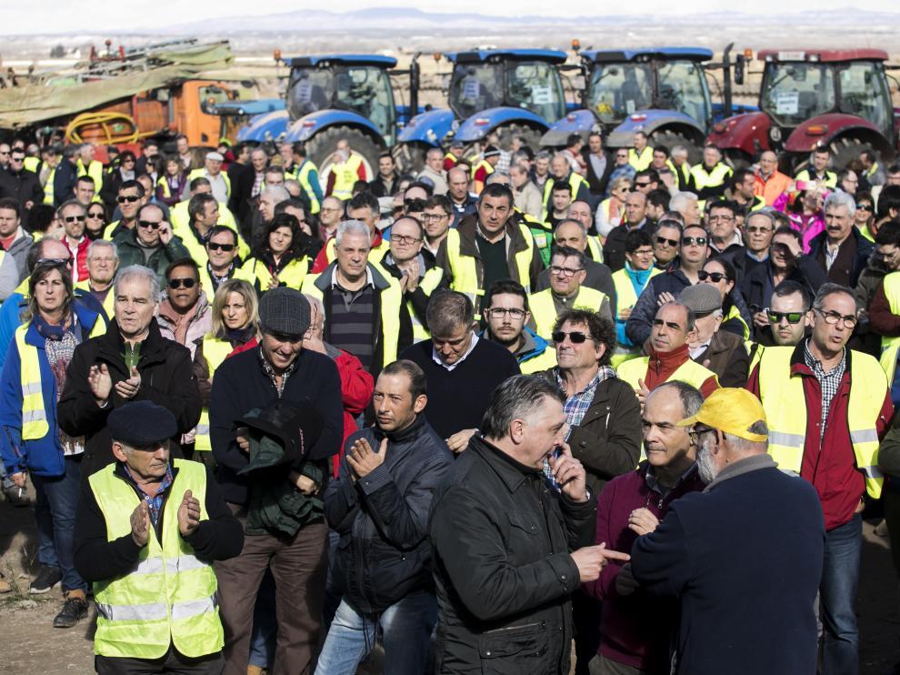 Vecinos y agricultores de la ribera, ayer en Quinto durante la lectura del manifiesto en el que exigieron la limpieza del cauce del Ebro