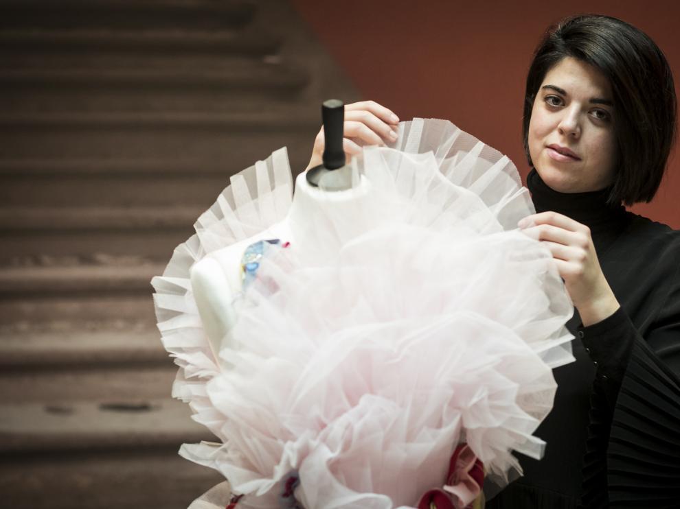 La diseñadora Ela Fidalgo junto a una de sus creaciones en el Patio de la Infanta de Zaragoza.