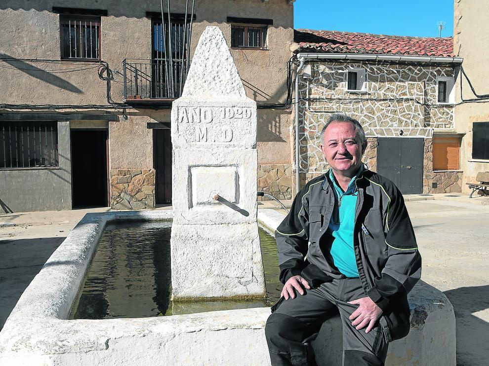 José Luis García, junto a la fuente de la plaza de Toril y Masegoso. Es el nuevo alguacil de esta localidad de la Sierra de Albarracín