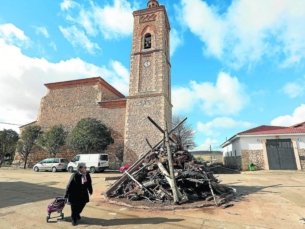 La plaza de Perales del Alfambra, uno de los pueblos que perderá concejales, dispuesta este viernes para San Blas.