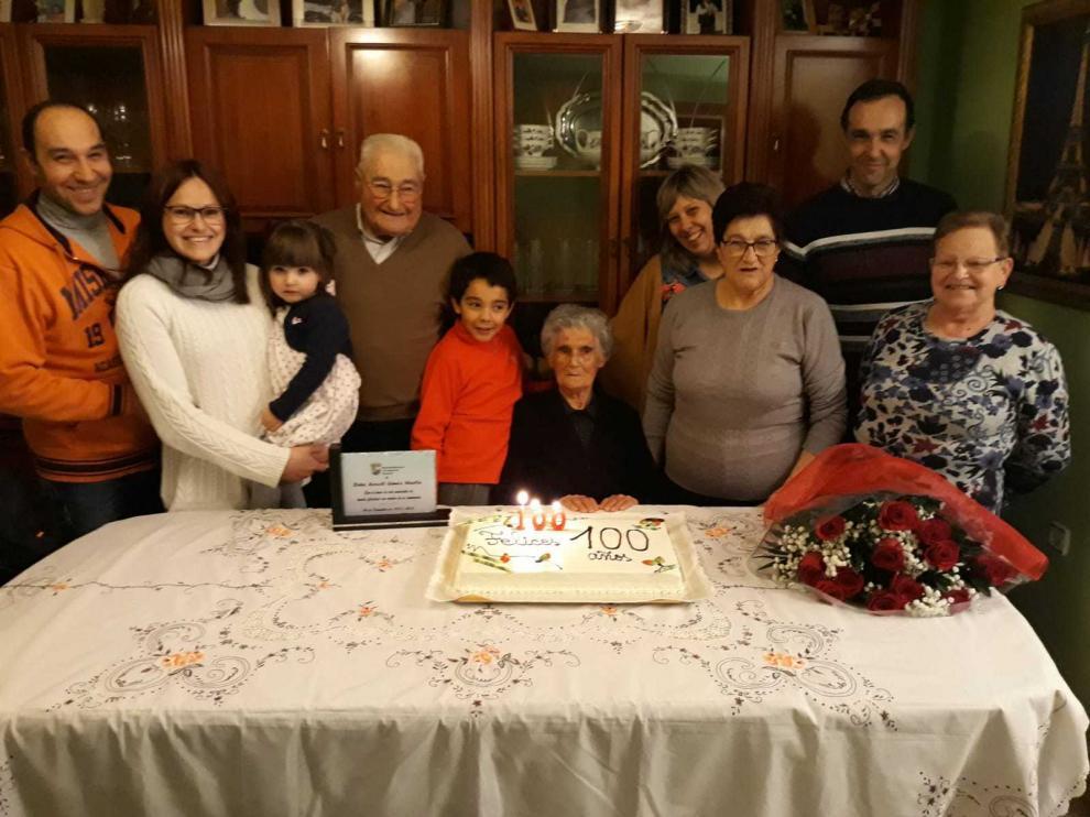 Araceli, rodeada de sus hijos, sus parejas, así como nietos y bisnietos.