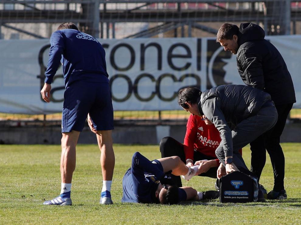 Papunashvili, en el suelo nada más sufrir la lesión en el entrenamiento de esta mañana en la Ciudad Deportiva.
