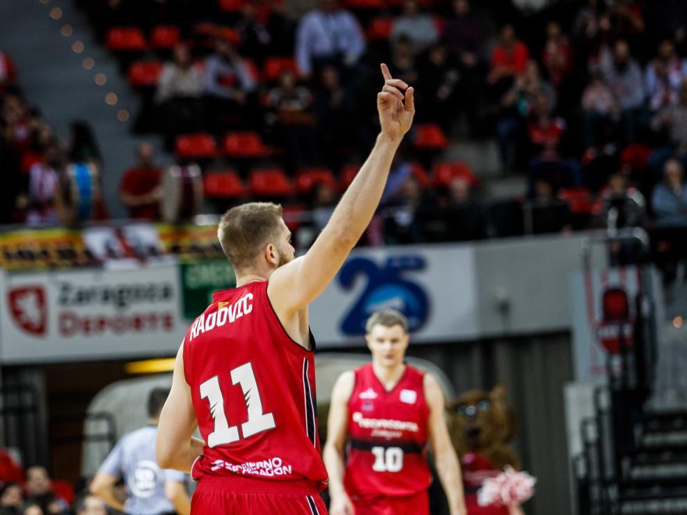 Radovic celebra una canasta en un partido del Tecnyconta