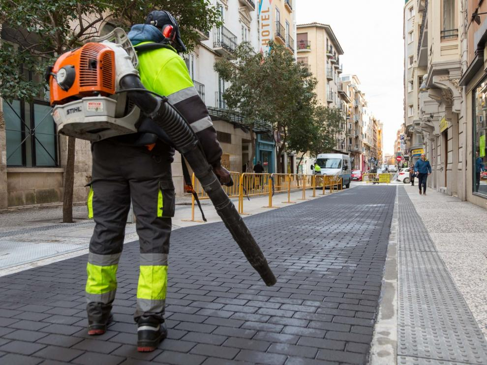 Finaliza la implantación del 'asfalto adoquinado' en la calle Espoz y Mina.