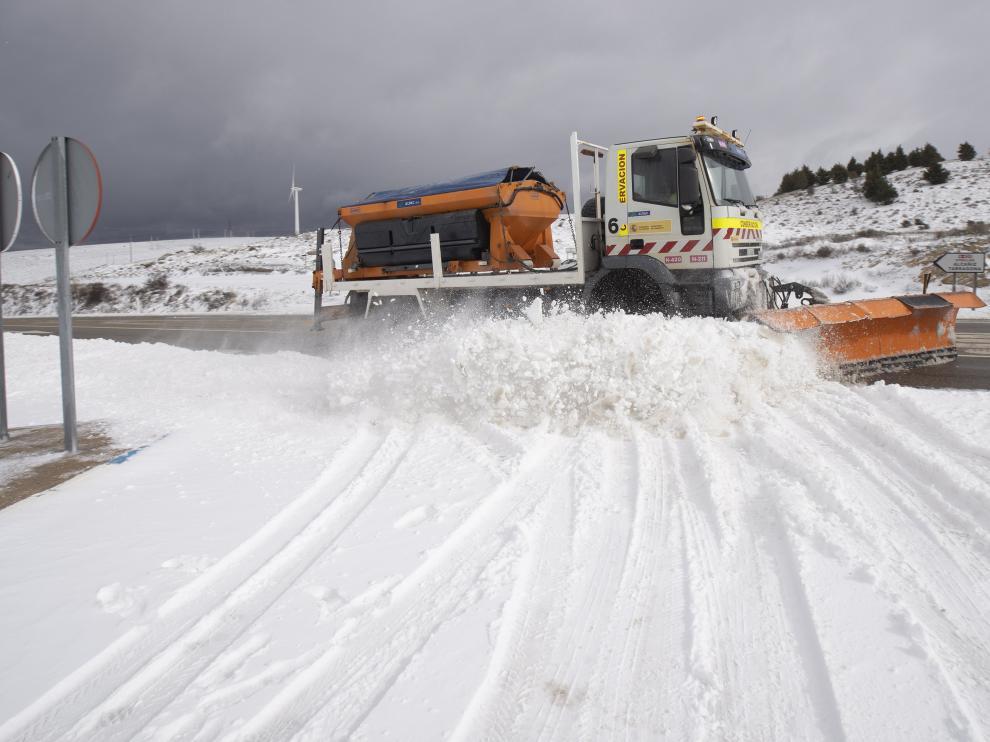 Una quitanieves limpia la N-420 entre Teruel y Alcañiz