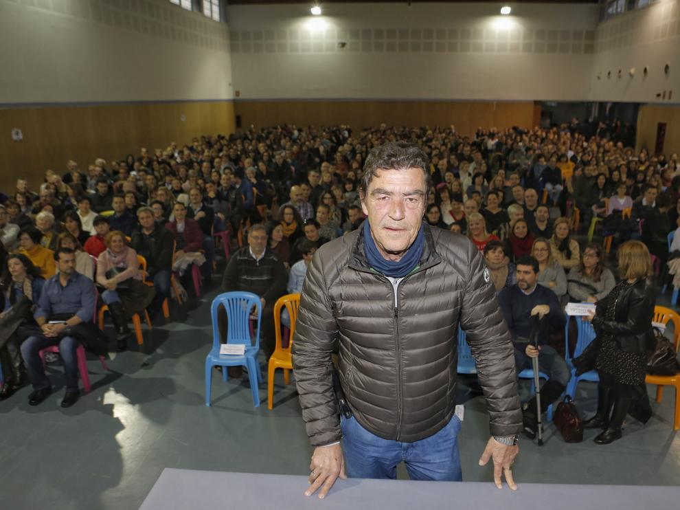 El conocido juez de menores de Granada, Emilio Calatayud, congregó ayer a cientos de personas durante una conferencia en el IES Torre de los Espejos de Utebo.