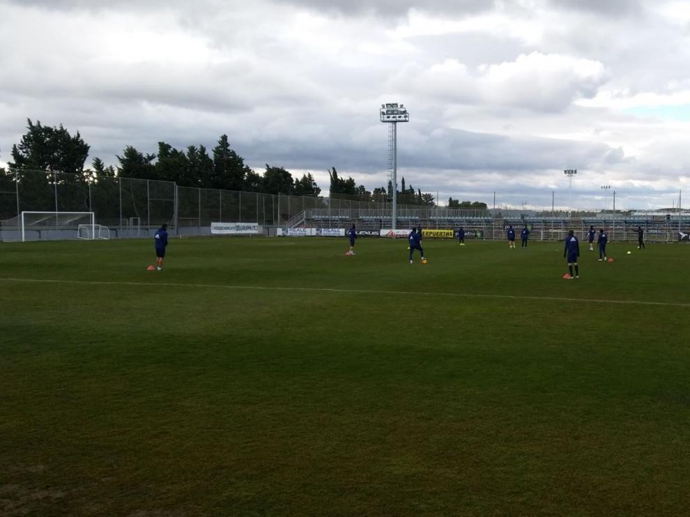 La reducida plantilla del Real Zaragoza, al inicio de la sesión preparatoria de este sábado.