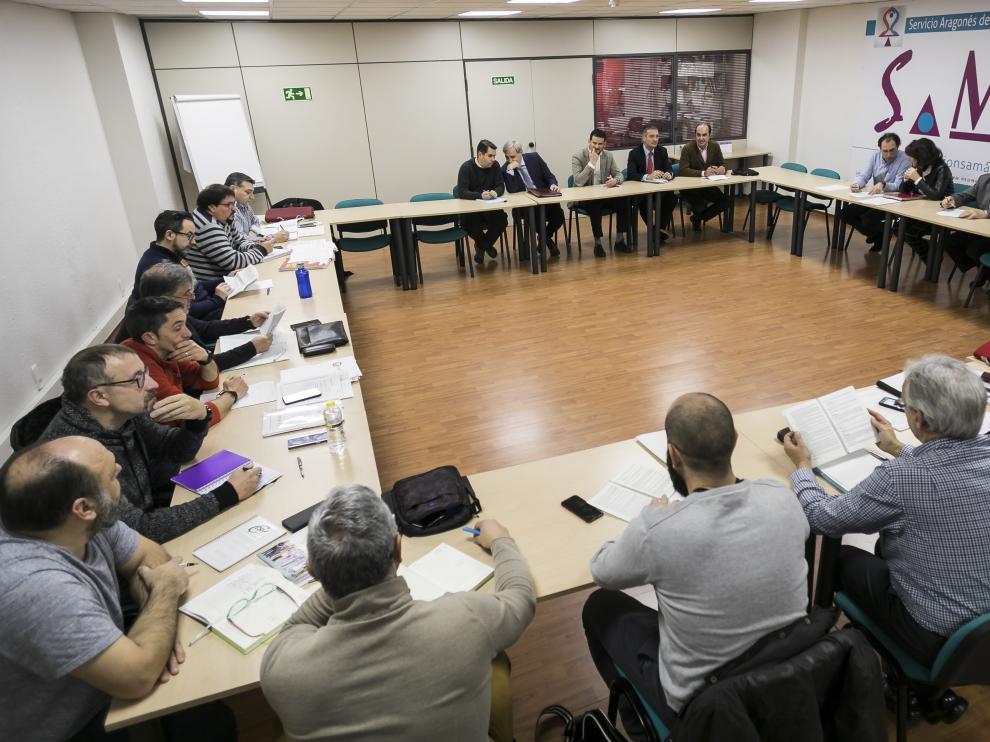 Mediadores en el SAMA con las partes implicadas en una de las huelgas planteadas en el servicio de transporte público de Zaragoza
