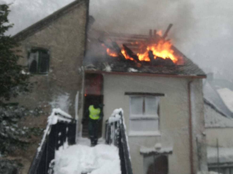 Arde una casa en el municipio de Canfranc.