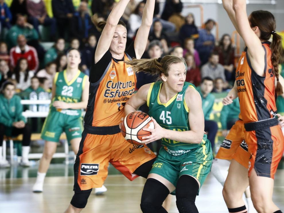 Leslie Knight trata de pasar el balón ante la presión de dos jugadoras valencianistas.