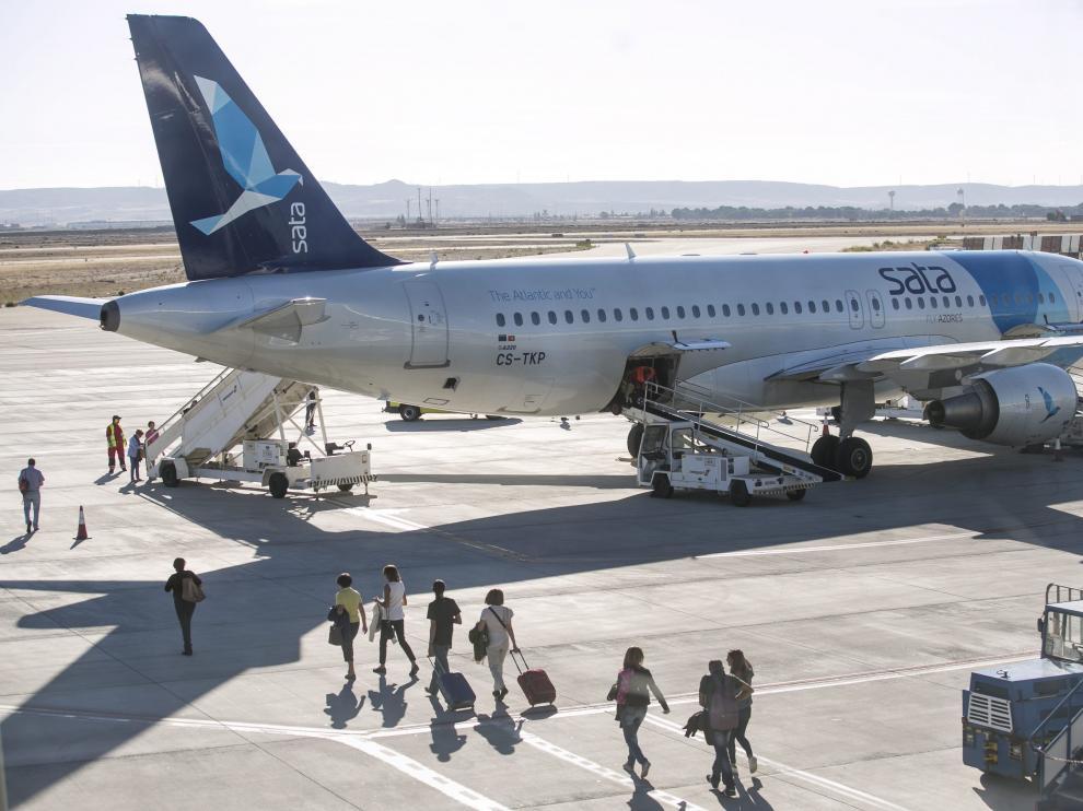 Viajeros de un vuelos chárter, en el aeropuerto de Zaragoza.