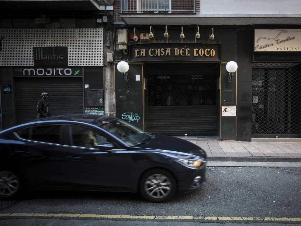 La primera agresión se produjo a las puertas del local, en la calle Mayor de Zaragoza. La segunda fue dentro del bar, 40 minutos después.