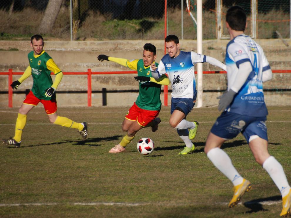 Dos jugadores del San Lorenzo y Borja luchan por un balón en el transcurso del partido.