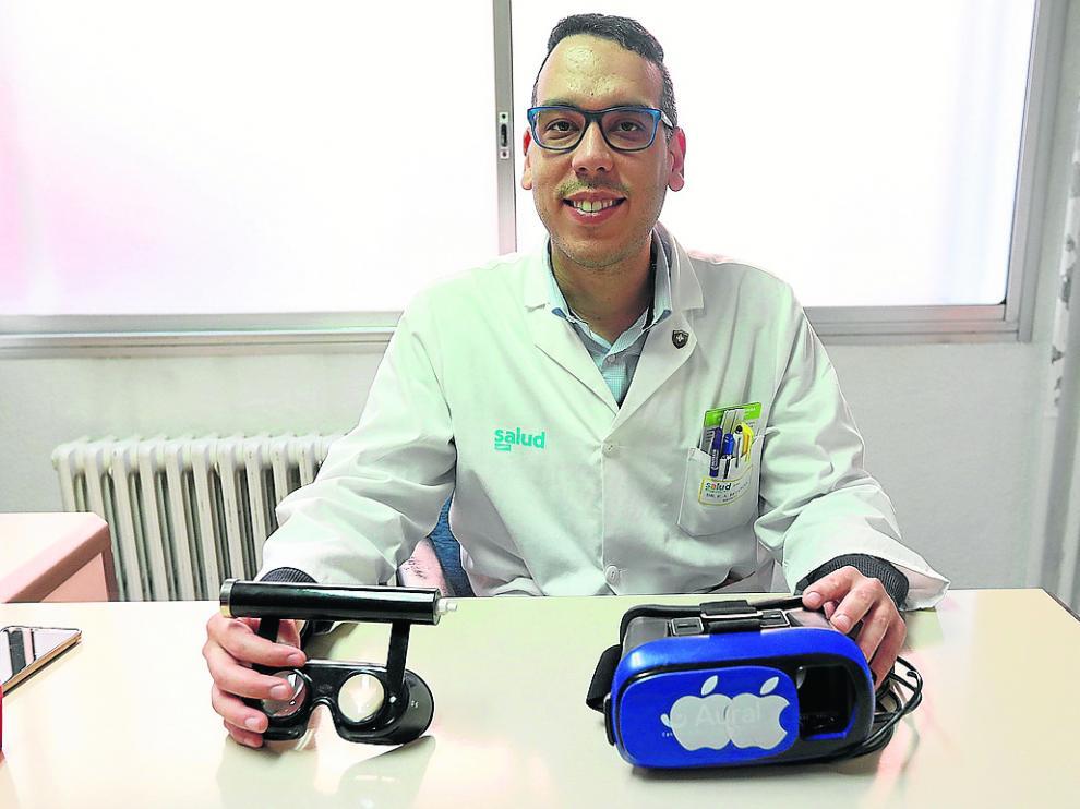El otorrino Betances, con las gafas Frenzel -a la izquierda- y el prototipo por él diseñado.